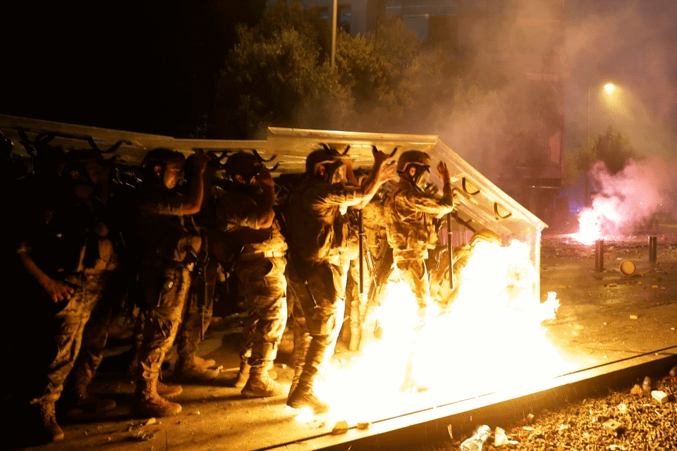 آخرین تحولات لبنان: تسخیر وزارتخانه توسط نظامیان بازنشسته و کشته شدن یک پلیس