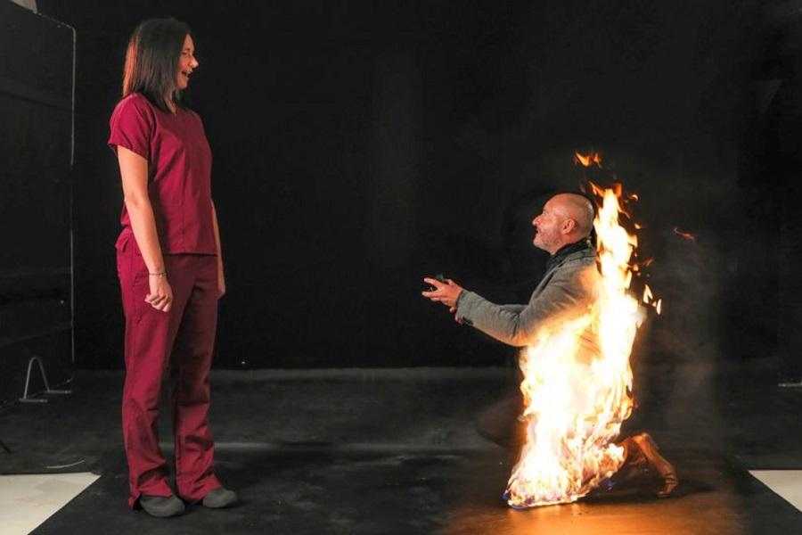 مرد بدلکار سر تا پا در آتش از زن مورد علاقه اش خواستگاری کرد!