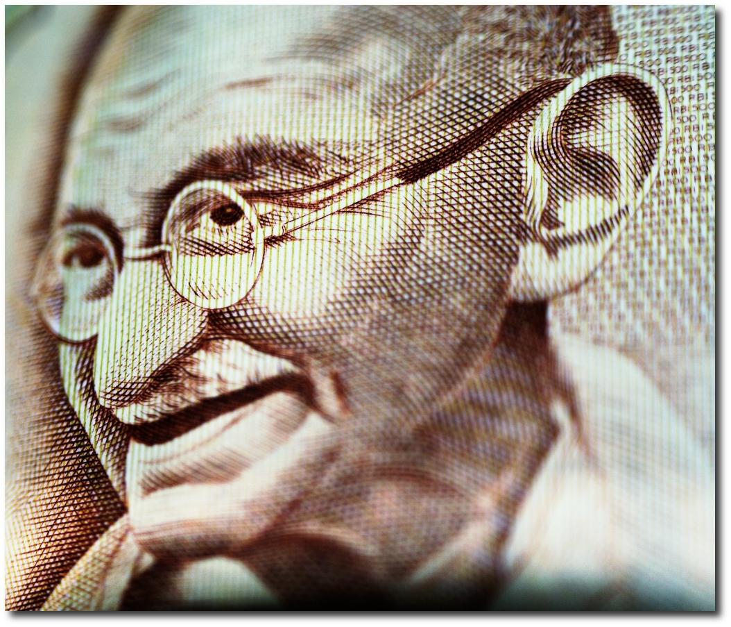 مهاتما گاندی ، رهبر استقلال هند به اولین شخصیت غیرسفید پوست تبدیل خواهد شد که عکس او روی واحد پول بریتانیا نقش خواهد بست.