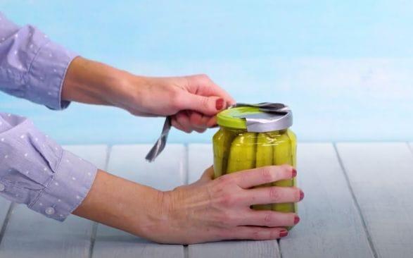 یک ترفند ساده و سریع : باز کردن در قوطی شیشه ای بدون در بازکن