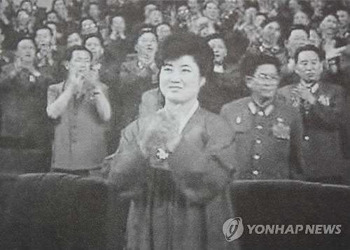 pyh2012061000080007301 p2 روزیاتو: انتشار عکس هایی نادر از دوران کودکی رهبر کره شمالی و شایعاتی در مورد مادرش اخبار IT