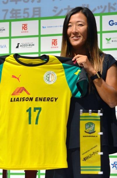 فوتبالیست زن در تیم فوتبال مردان