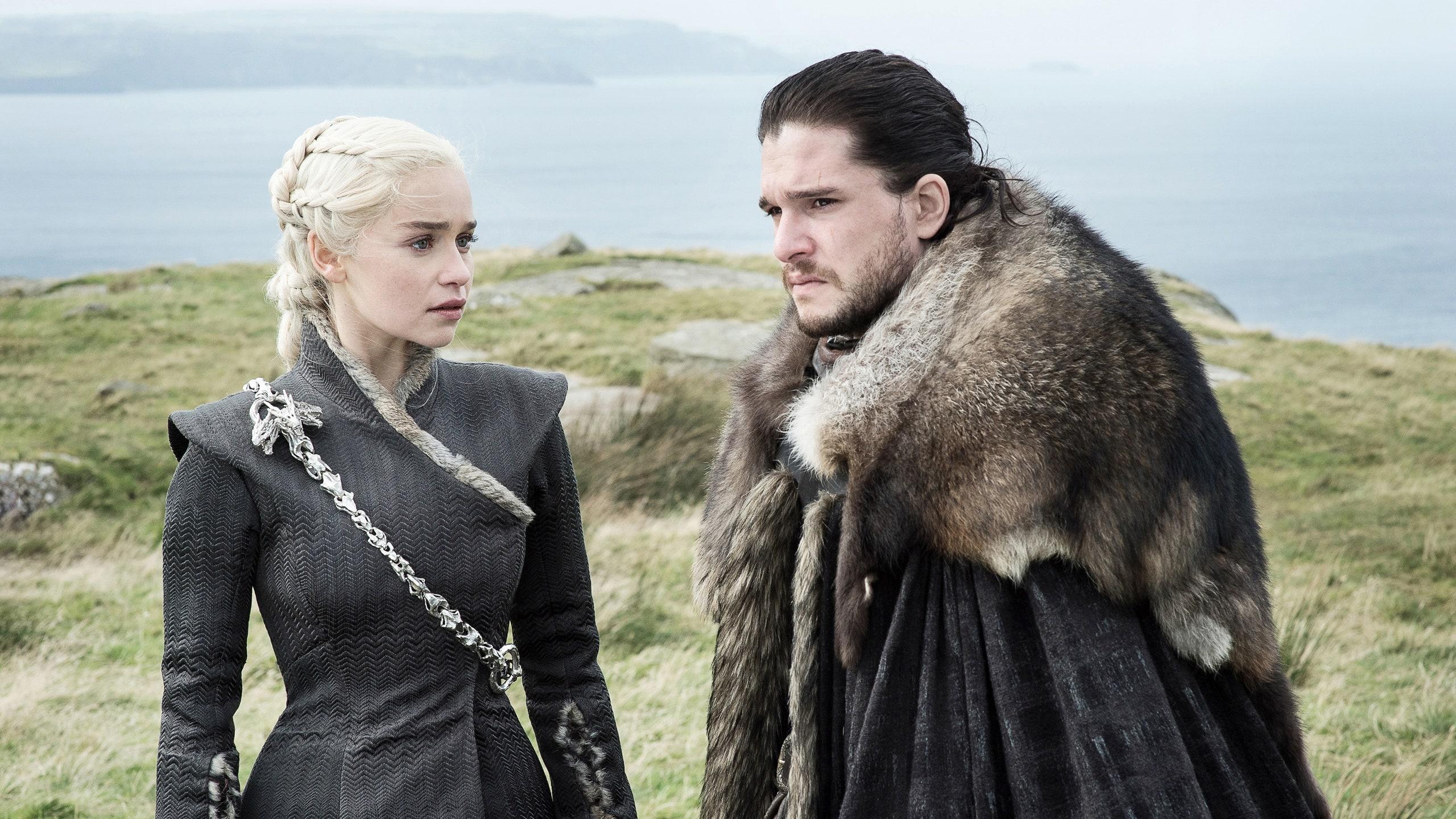 امیلیا کلارک بازیگر نقش دنریس تارگرین در سریال بازی تاج و تخت (Game of Thrones) مدعی شده که بازیگران مرد این سریال یک سیستم خنک کننده داشته اند.