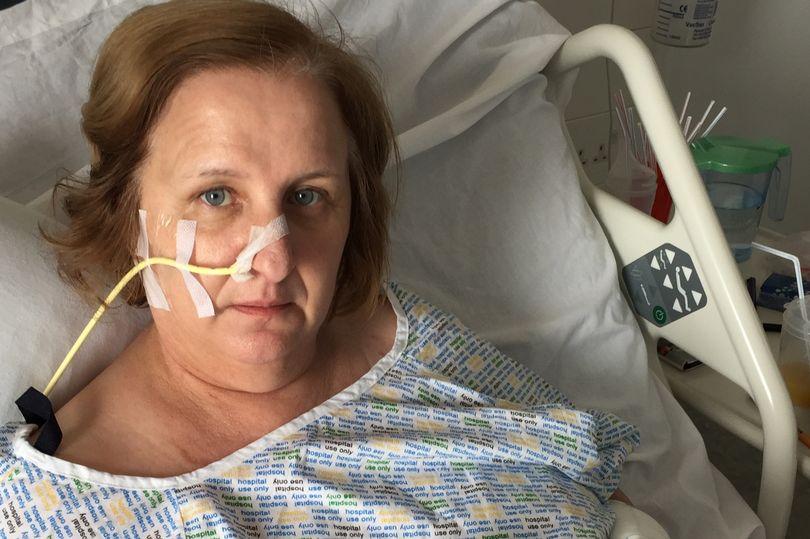 زنی که به خاطر بریدگی کوچک با کاغذ چهار دست و پایش را از دست داد