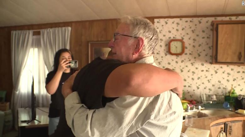 وقتی انعام 12,000 دلاری را از یکی از مشتریان همیشگی اش دریافت کرد، زندگی درلین نیووی، پیک پیتزای 89 ساله برای همیشه تغییر کرد.