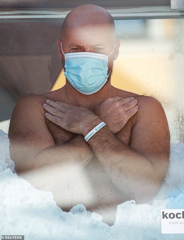 مردی که با دو ساعت و نیم نشستن در جعبه پر از یخ رکورد جهان را شکست + ویدیو