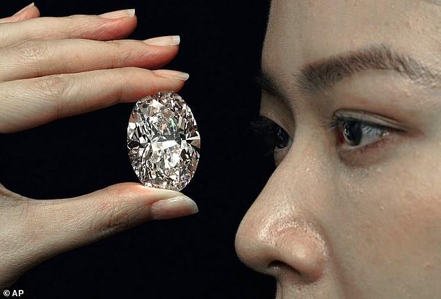 یکی از نادرترین الماسهای جهان با وزن 102 قیراط بزودی در هنگ کنگ به حراج گذاشته خواهد شد و انتظار می رود بین 11 تا 33 میلیون فروخته شود.
