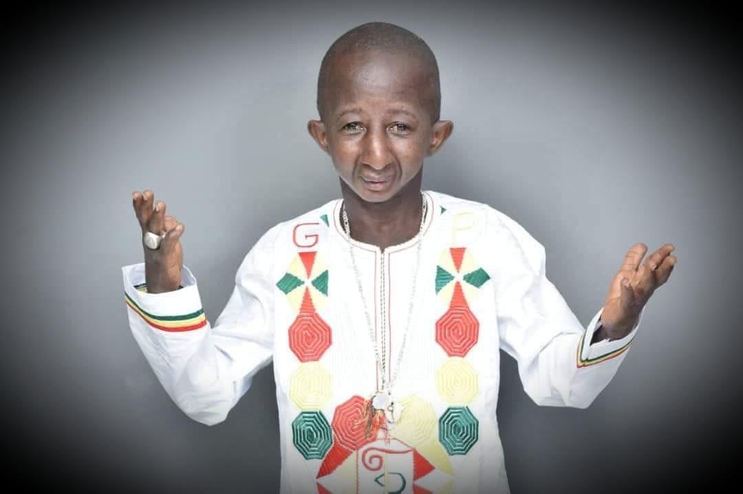 ازدواج مدل قوی هیکل ساحل عاجی با خواننده گینه ای مبتلا به پیرکودکی
