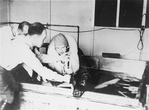 A victim of a Nazi medical experiment is immersed in icy water at the Dachau concentration camp. SS doctor Sigmund Rascher oversees the experiment. Germany 1942. Bildarchiv Preussischer Kulturbesitz  روزیاتو: ۱۰ آزمایش هولناک و غیرانسانی پزشکان آلمان نازی روی زندانیان اخبار IT