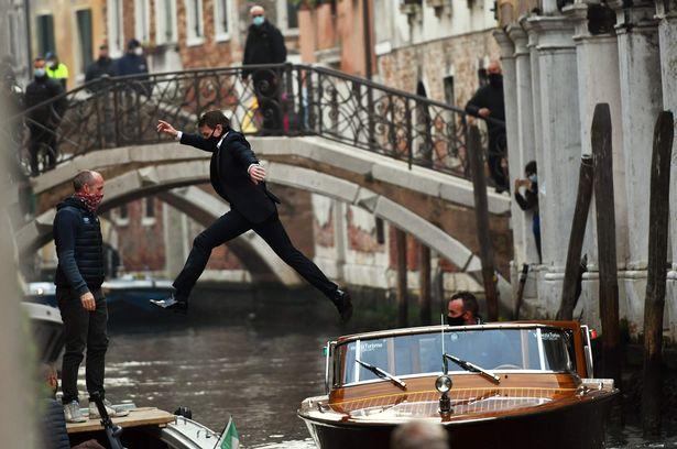تام کروز با بدلکاری های خیره کننده جدید خود در تازه ترین فیلم از فرانچایز Mission Impossible که در ونیز در حال فیلمبرداری است تماشاگران را حیرت زده کرده است.
