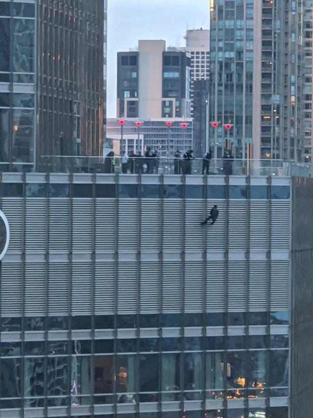 مردی آسیایی از برج ترامپ در شهر شیکاگو بالا رفته و در حالی که تهدید به خودکشی می کند خواستار صحبت با دونالد ترامپ رییس جمهور ایالات متحده شده است.