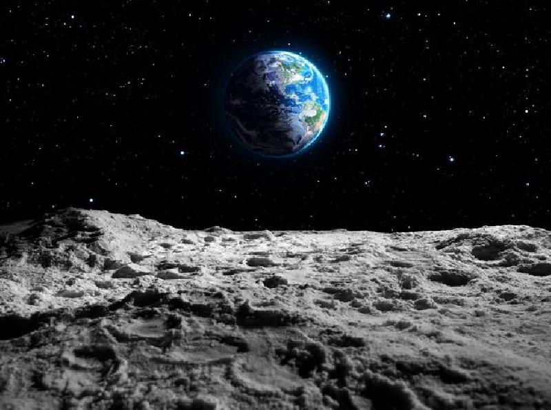 حفره های مخفی حاوی آب روی سطح ماه ممکن است از آنچه که دانشمندان در گذشته فکر می کردند بسیار بیشتر باشند