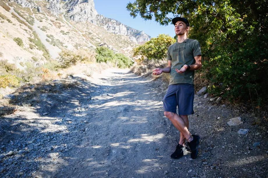 رویارویی شش دقیقهای متهورانه کوهنوردِ تنها با شیر کوهی
