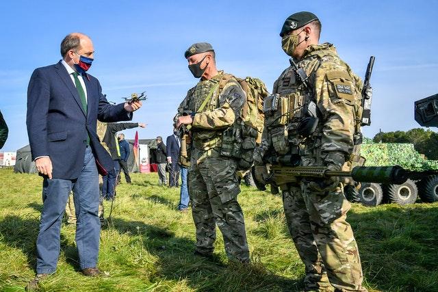 یکی از این گجت های نظامی ارتش بریتانیا «The Bug» یا «حشره» نام دارد که می تواند خودروهای در حال حرکت را ردیابی کرده با سرعت 50 مایل در ساعت پرواز کرده و درها را با مواد منفجره باز می کند.