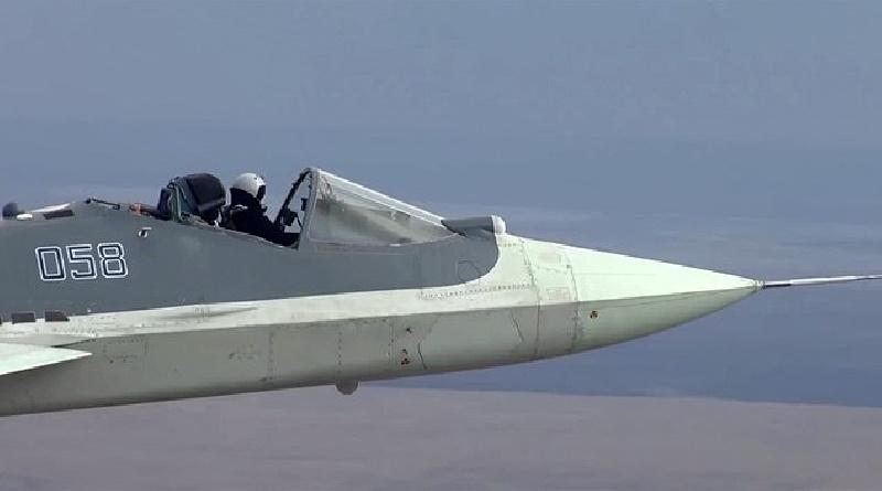 در ویدیویی که به تازگی منتشر شده یک خلبان روسی دیده می شود، در حالی که در کابین او باز است جدیدترین جنگنده رادارگریز Su-57 را هدایت می کند.