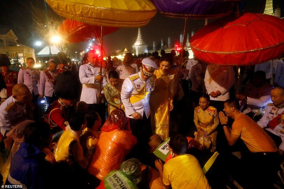 تصاویر بازگشت پادشاه عیاش تایلند و حرمسرایش از آلمان در میان اعتراض مردم کشورش
