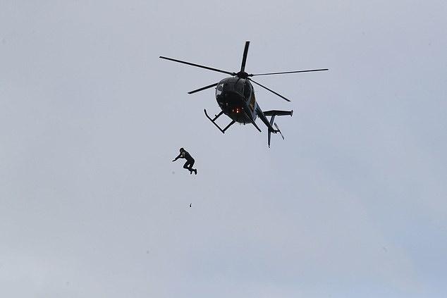 رکوردشکنی چترباز بریتانیایی در پرش از هلیکوپتر از ارتفاع ۴۰ متری به درون آب + ویدیو