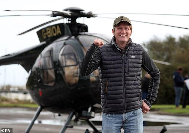 یک چترباز نظامی سابق از ارتفاع 131 فوتی (40 متر) و بدون استفاده از چتر خود را از یک هلیکوپتر به درون آب های دریای سولنت پرت کرده و رکورد جهان در این زمینه را شکست.