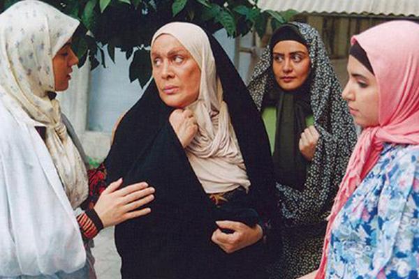 بازیگر پیشکسوت سینما و تلویزیون ایران نیز پس از مهاجرت کشف حجاب و انتقاد کرد