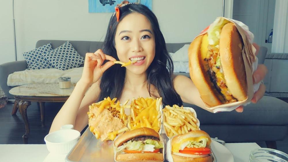 موکبانگ (Mukbang یا muhk-bahng) یک واژه کره ای است به معنای تحت اللفظی «کسانی که خوردنشان را منتشر می کنند».