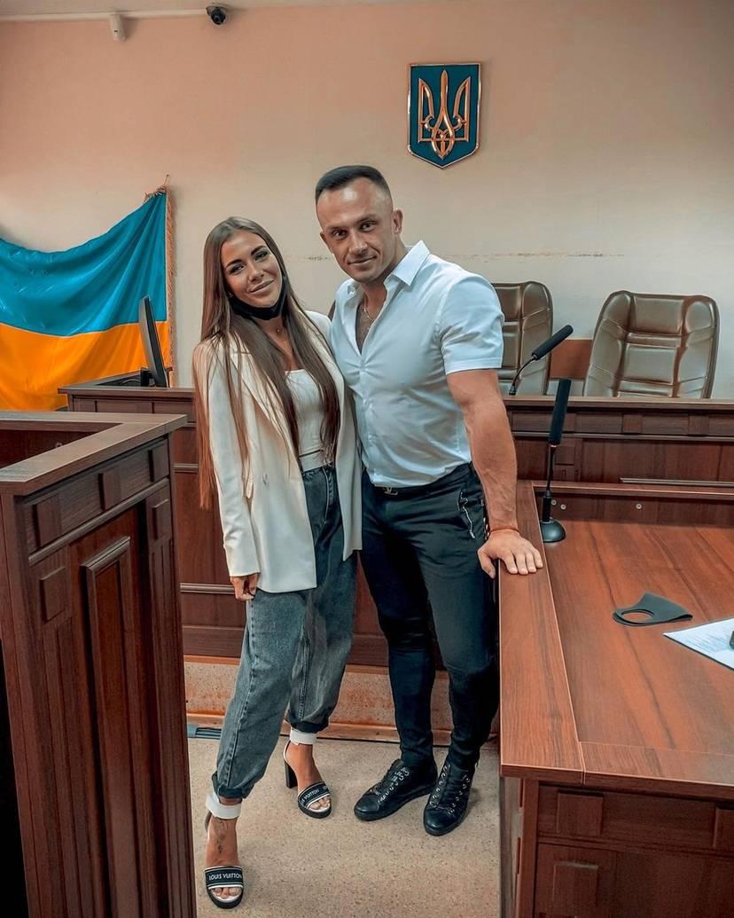 دیمیتری استوژوک یک مربی فیتنس و اینفلوئنسری اینستاگرامی اهل اوکراین بود که تنها 33 سال داشت و در ابتدا به وجود ویروس کووید-19 و بیماری کرونا اعتقادی نداشت تا اینکه در ابتلا به همین ویروس مرگبار جانش را از دست داد.