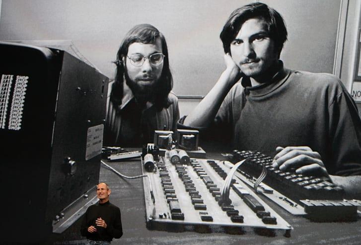 استیو جابز، مدیرعامل فقید سابق کمپانی اپل به ندرت بدون یکی از آن یقه اسکی های سیاه رنگ مارک Issey Miyake در انظار عمومی ظاهر می شد.