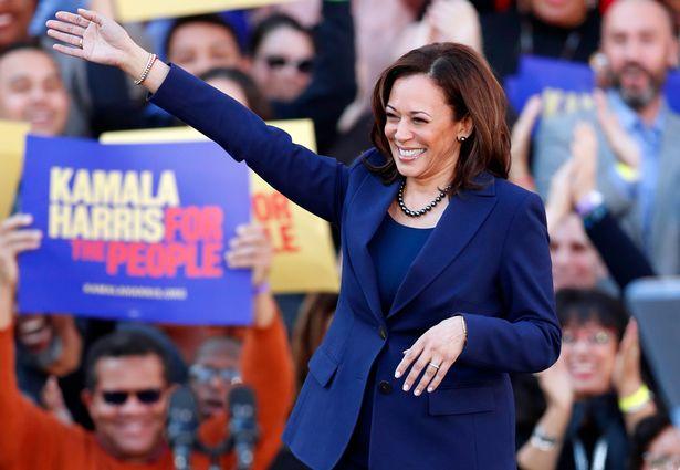 وقتی جو بایدن سناتور کالیفرنیا را به عنوان یار انتخاباتی و معاون خود انتخاب کرد، کامالا هریس به اولین زن سیاهپوستی تبدیل شد که به این عنوان دست می یابد.