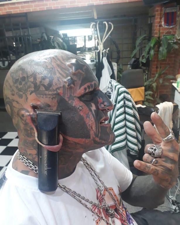 مردی که تمام بدن و صورت خود را تتو کرده اکنون قصد دارد یک تغییر بزرگ دیگر روی بدن خود ایجاد کند و آن حک کردن عدد 6 روی جمجمه اش است.