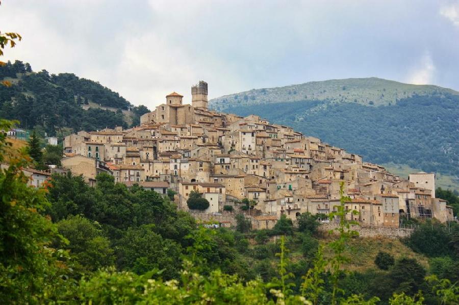 روستای سانتو استفانو دی سسانیو در ایتالیا مشوق های مالی قابل توجهی برای کسانی در نظر گرفته که به این روستا نقل مکان کرده و به این روستا زندگی ببخشند.