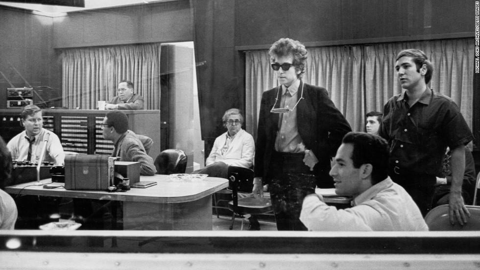 مجموعه ای از یادگاری های باب دیلن ، شامل نامه ها، اشعار منتشر نشده و دست نوشته اش در یک حراجی به قیمت نیم میلیون دلار به فروش رسید.