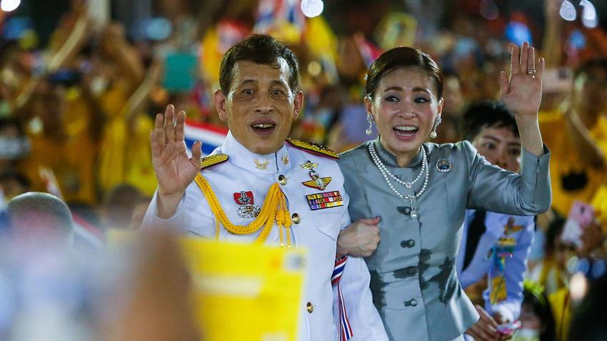 قدرت نمایی پادشاه تایلند در میان طرفداران خاندان سلطنتی در خیابانهای بانکوک + ویدیو
