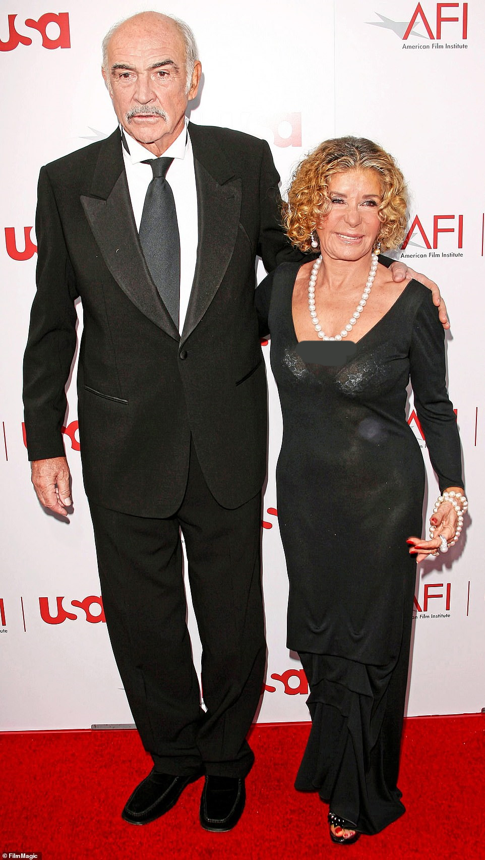 همسر شان کانری ، ستاره افسانه ای سینمای بریتانیا و بازیگر سرشناس مجموعه فیلم های جیمز باند که دیروز در سن 90 سالگی درگذشت، شب گذشته در سخنانی به شوهر خود که او را «فوق العاده ترین نمونه یک مرد» خطاب قرار داد ادای احترام کرد.