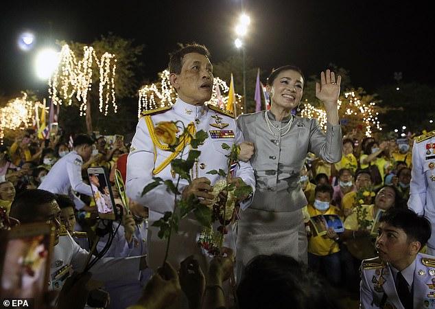 پادشاه تایلند با خطاب قرار دادن معترضان طرفدار دموکراسی در کشور خود گفته است: «ما همه آن ها را دوست داریم» در حالی که این معترضان خواهان کاستن از قدرت پادشاه خبرساز کشورشان هستند.