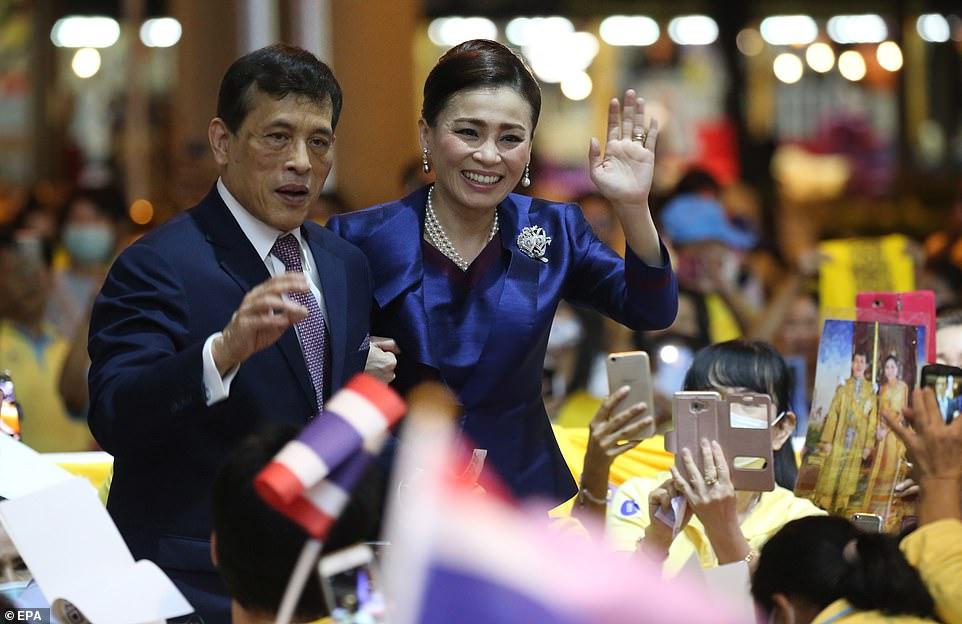 ماها واجیرالونگکورن بودیندرادبایاوارانگکون، پادشاه تایلند و ملکه سوثیدا در مراسم افتتاح خط جدید مترو بانکوک شرکت کرده و سوار مترو شدند.