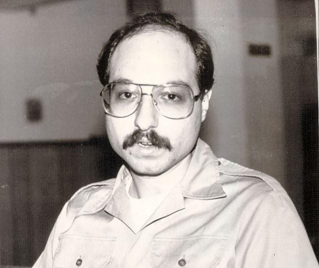 جاناتان پولارد در سال 1985 و پس از تلاش ناموفق برای پناهنده شدن به سفارت اسراییل، دستگیر شده و به جرم جاسوسی برای اسراییل به حبس ابد محکوم گردید.