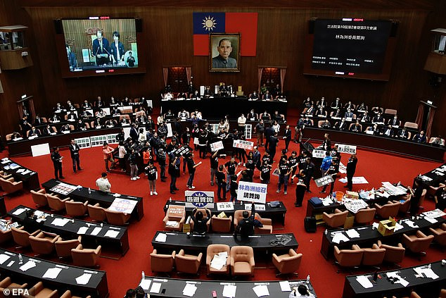 قانونگذاران تایوانی علیه تصمیم دولت برای تسهیل واردات گوشت خوک از ایالات متحده دست به اعتراض زده و با پرتاب دل و روده خوک به این تصمیم واکنش نشان دادند.