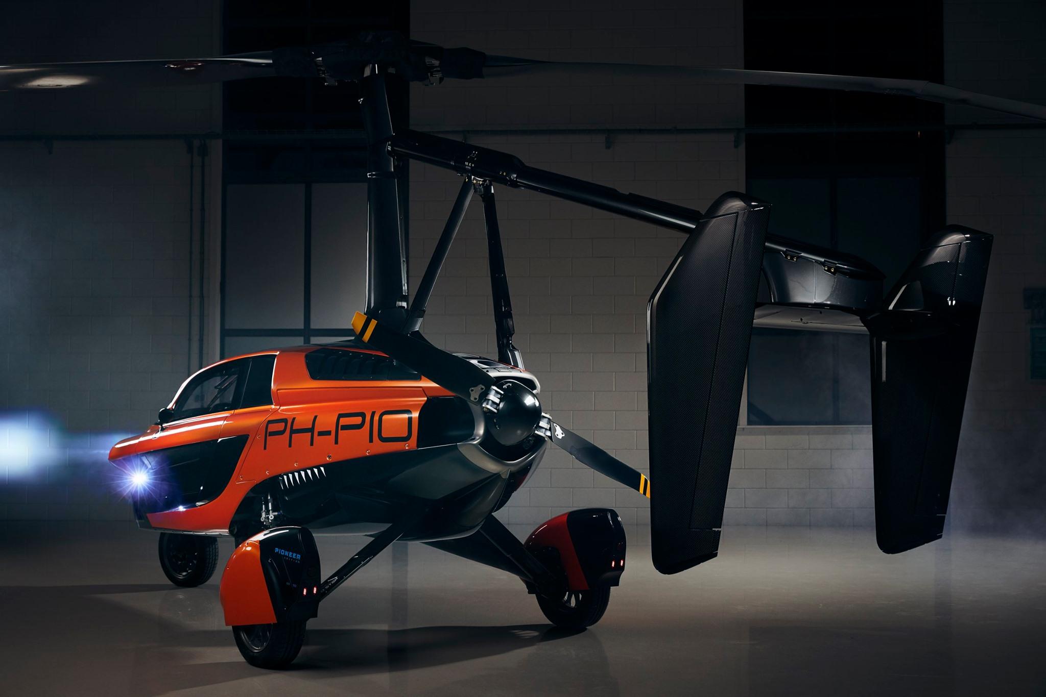 یک ماشین پرنده سه چرخ با نام PAL-V Liberty و قیمت 270,000 پوند که در هلند ساخته شده مجوز حرکت در جاده ها را دریافت کرده است.
