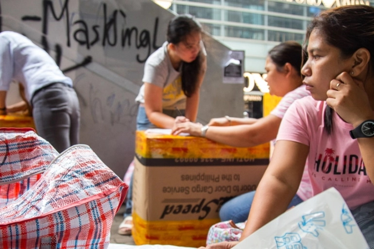 بر اساس آمار ارائه شده توسط دولت فیلیپین، بیش از 2.2 میلیون فیلیپینی در سال گذشته برای کار کردن به خارج از کشور رفته اند زیرا در داخل کشور درآمد کافی نداشته اند.
