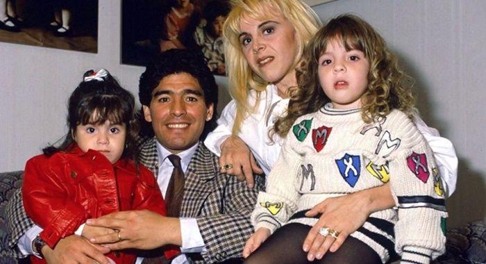 دیگو مارادونا چهره افسانه ای دنیای فوتبال دیروز در سن 60 سالگی در خانه اش در تیگره و چند هفته پس از انجام جراحی مغز در اثر حمله قلبی درگذشت