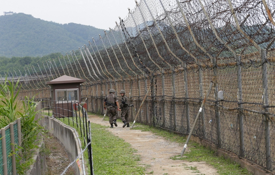 فرار دراماتیک ژیمناست اهل کره شمالی با پریدن از روی سیم خاردارهای ۳.۶ متری مرزی