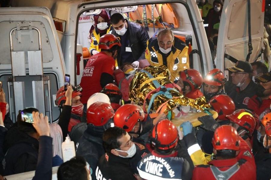زلزله ترکیه؛ دختر نوجوان پس از ۵۸ ساعت از زیر آوار زنده بیرون آمد