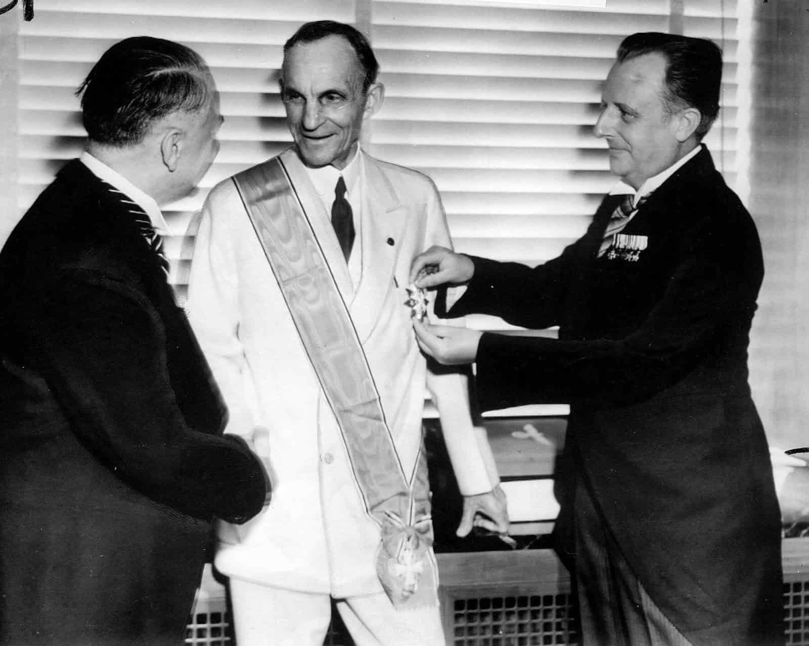 ford henry ford receiving the grand cross of the german eagle from german officials in 1938. rare historical photos روزیاتو: ۱۲ کمپانی مشهوری که در طول جنگ جهانی دوم با آدولف هیتلر همکاری می‌کردند اخبار IT