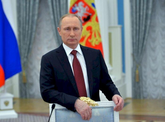 ولادیمیر پوتین رییس جمهور روسیه که بسیاری او را تشنه قدرت بی پایان و دائمی می دانند بر اساس یک قانون جدید که بسیاری را غافلگیر کرده، می تواند بعد از پایان دوره ریاست جمهوری، سناتور مادام العمر کشورش باشد.