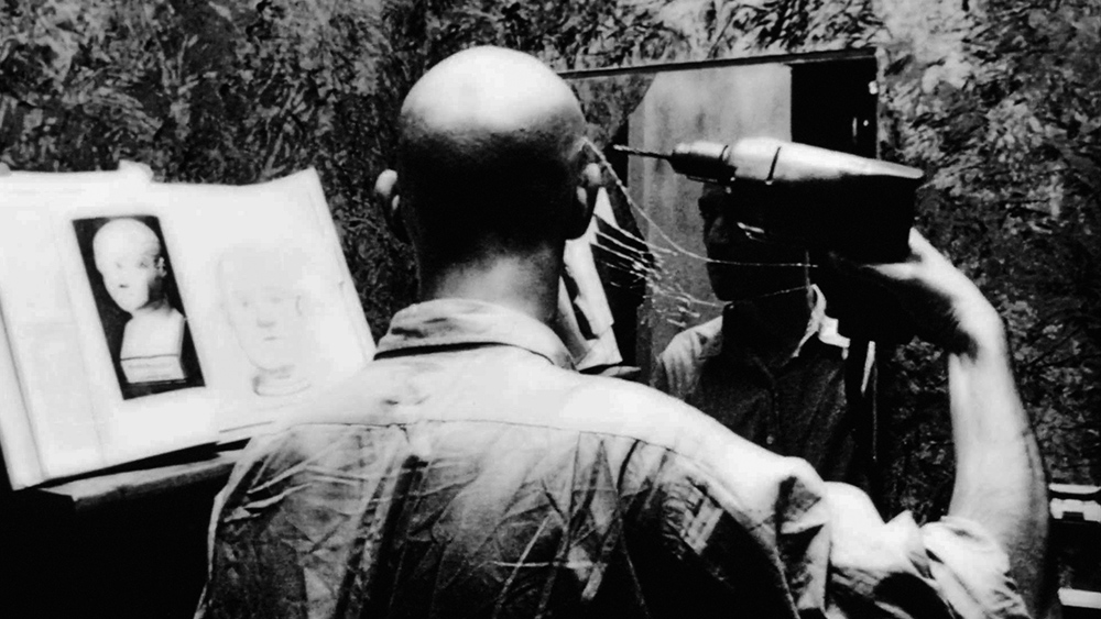 پارانویا به فیلمساز اجازه میدهد تا با مفاهیمی مانند ترس، شک و بیاعتمادی دست و پنجه نرم کند که مکالمات پیچیده و داستان های رازآلود را در پی خواهد داشت.