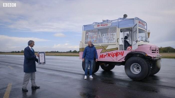 مجری 47 ساله برنامه Top Gear شب یکشنبه سوار یک ون الکتریکی که Mr Nippy نام داشت شده