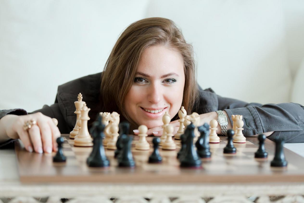 داستان سریال The Queen's Gambit در دهه 1960 گذشته و در مورد یک دختربچه نابغه شطرنج به نام بت هارمون است که در دنیای کاملاً مردانه شطرنج به درجه استاد بزرگی می رسد.