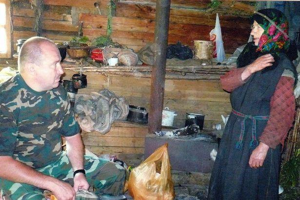 آگافیا لیکووا 76 ساله بعد از فرار خانواده اش به خاطر اتهامات مذهبی در سال 1936 در کوهستان های دوردست سیبری در روسیه زندگی می کند.