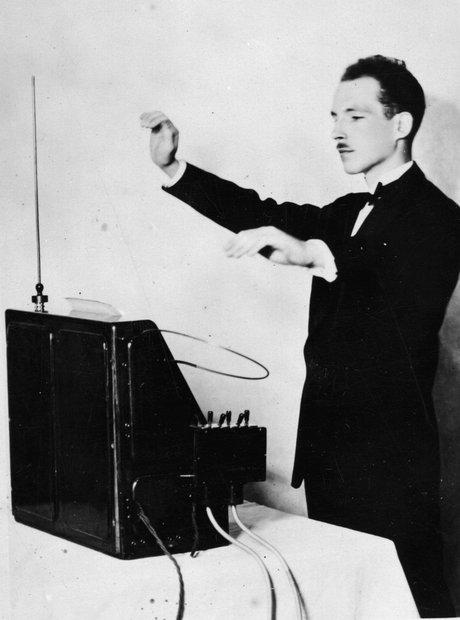 قصد داریم شما را با برخی از عجیب ترین و باورنکردنی ترین آلت های موسیقی آشنا کنیم؛ از فلوت های بزرگ تا شاخ های علمی تخیلی و راسوهای الکترونیکی.