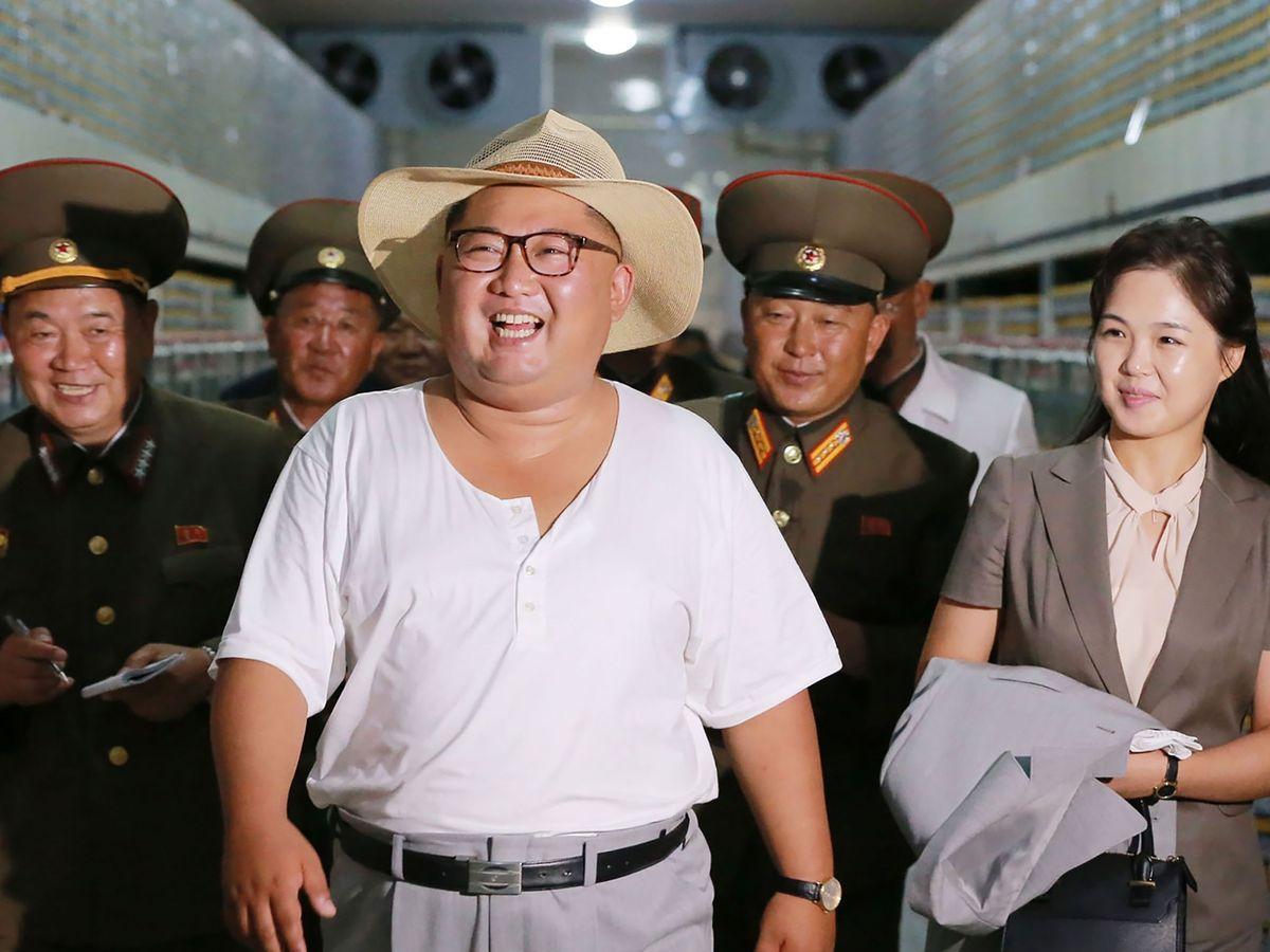 بر اساس یک کتابچه پروپاگاندایی بسیار عجیب در کره شمالی ، کیم جونگ اون در سن سه سالگی با تفنگ تیراندازی کرده و با دقت بالا توانسته لامپ هایی در فاصله 100 یاردی را هدف قرار دهد.