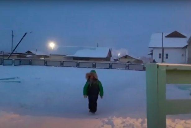 در روستای اویمیاکون در سیبری که سردترین منطقه دارای سکنه روی کره زمین است، دانش آموزان برای رفتن به سر کلاس با دمای منفی 51 درجه سانتیگراد مواجه هستند.